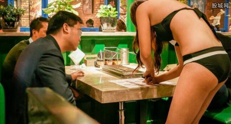 服务员穿比基尼点餐