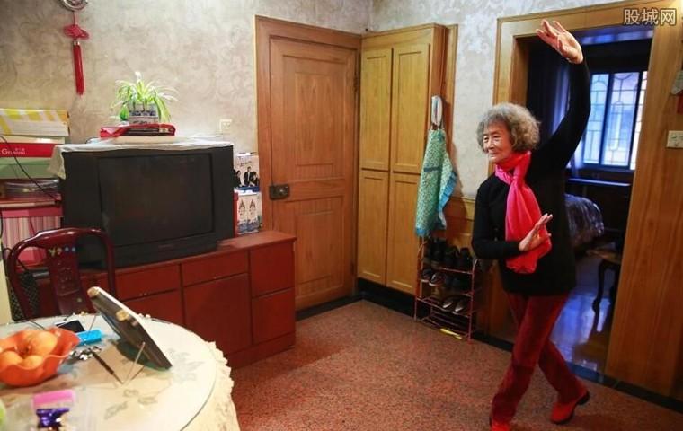 79岁老太直播跳广场舞