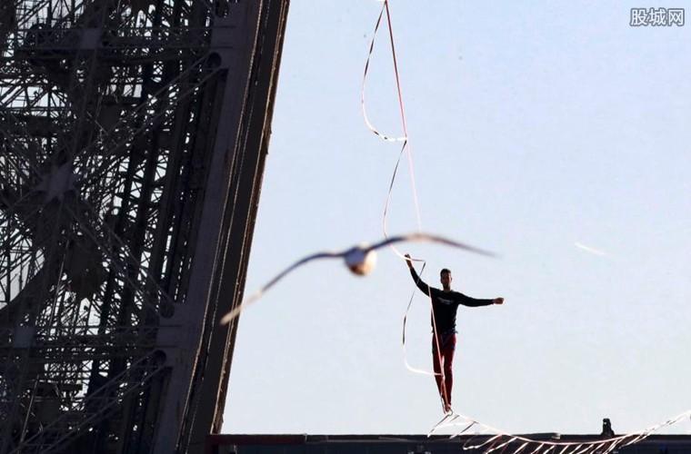 男子在巴黎铁塔走绳