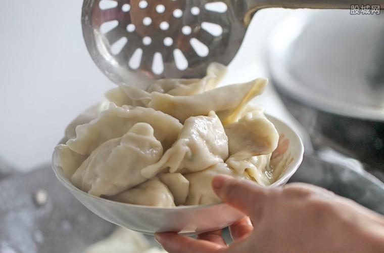 东北人在地上晒饺子