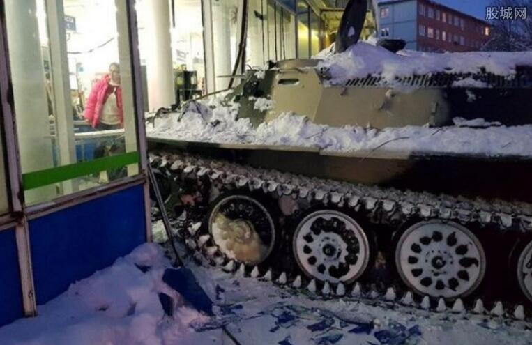 男子开装甲车闯超市