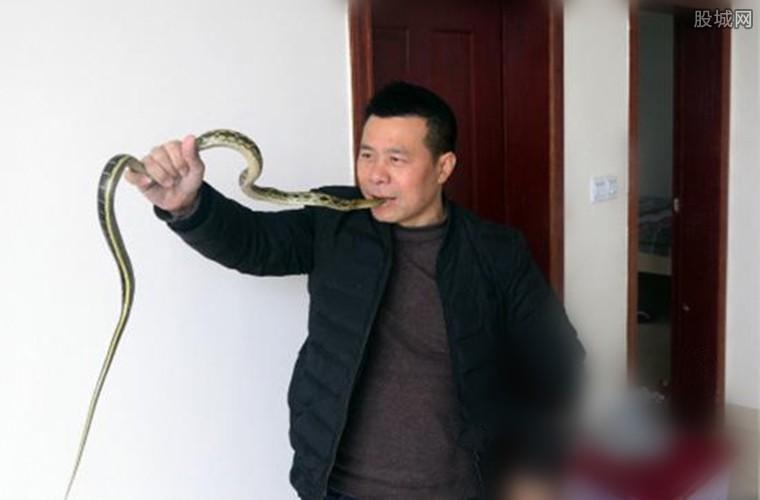 生吞活蛇表演年收入10万