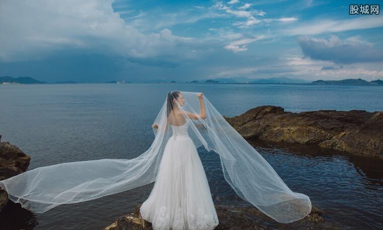 情侣在游戏厅拍婚纱照