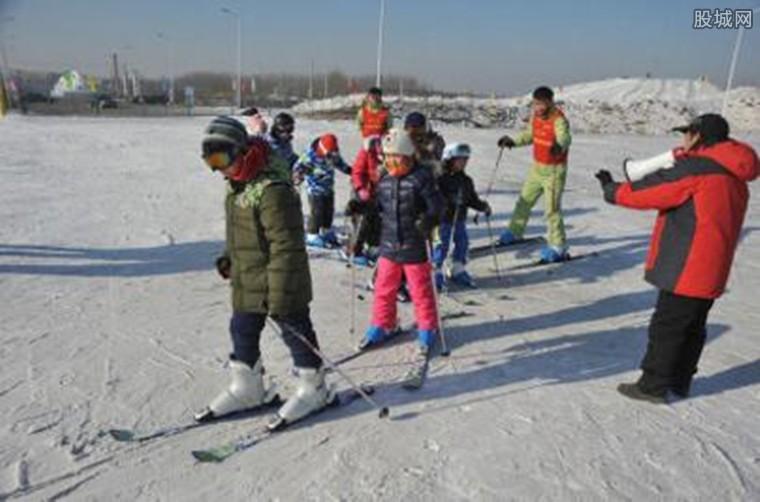 小孩滑雪场坠落