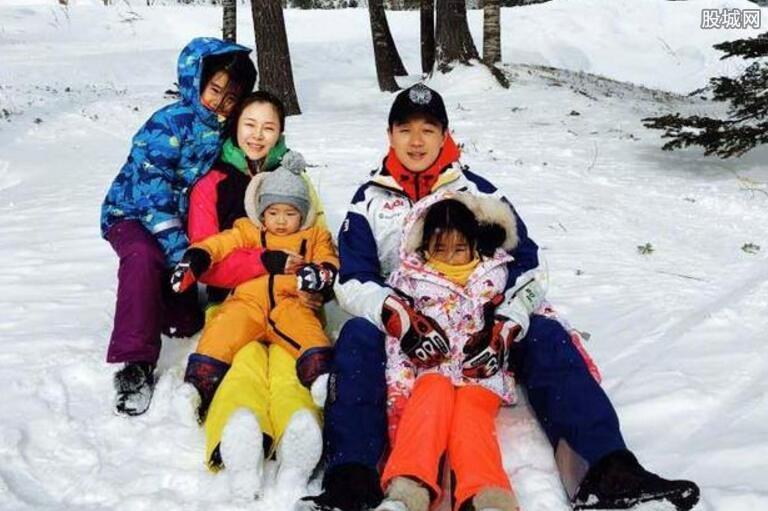 佟大为一家五口滑雪