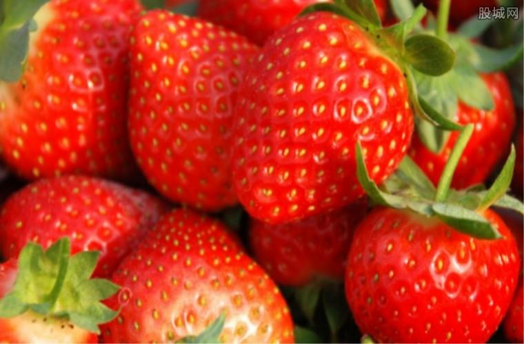 大妈超市买草莓