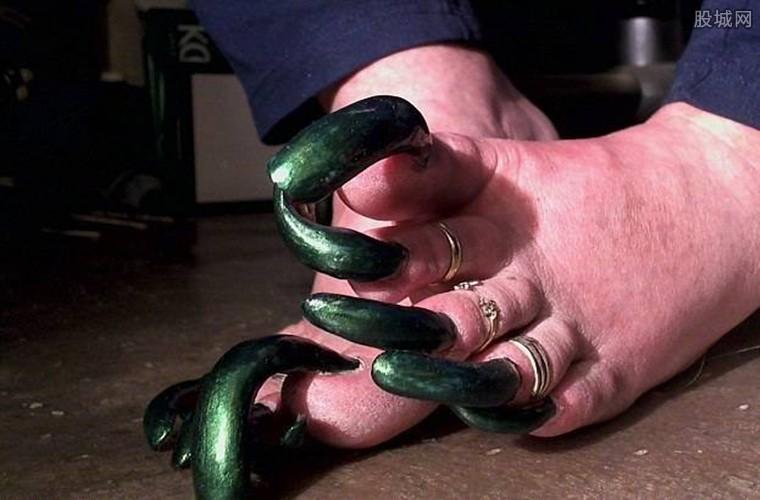 女子7厘米长指甲引关注