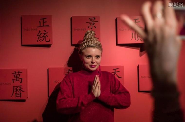 在中国汉字前拍照留念