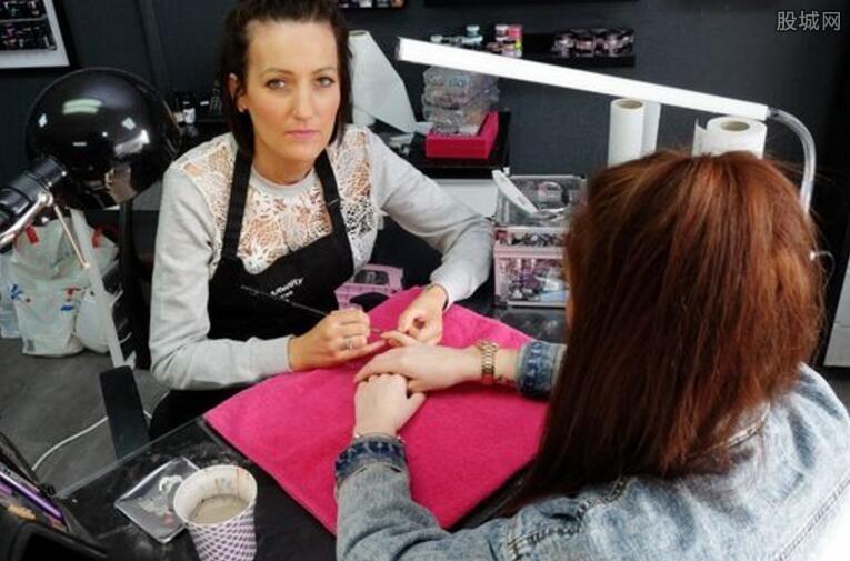 美女艺术师正在帮顾客做指甲