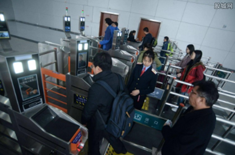 乘客刷手机进站乘车