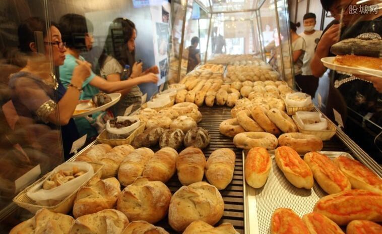 到连锁店买了114元面包