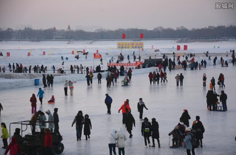 游客进入冰场体验试冰