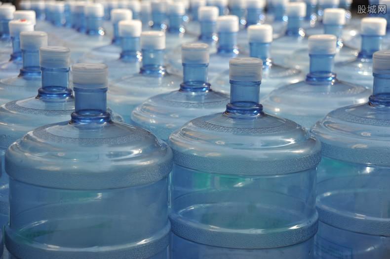 废矿泉水瓶做棉服 时装品牌正发生材料变革