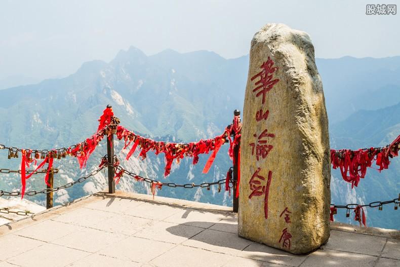 万名游客华山观日出 华山游客众多挤到心凉