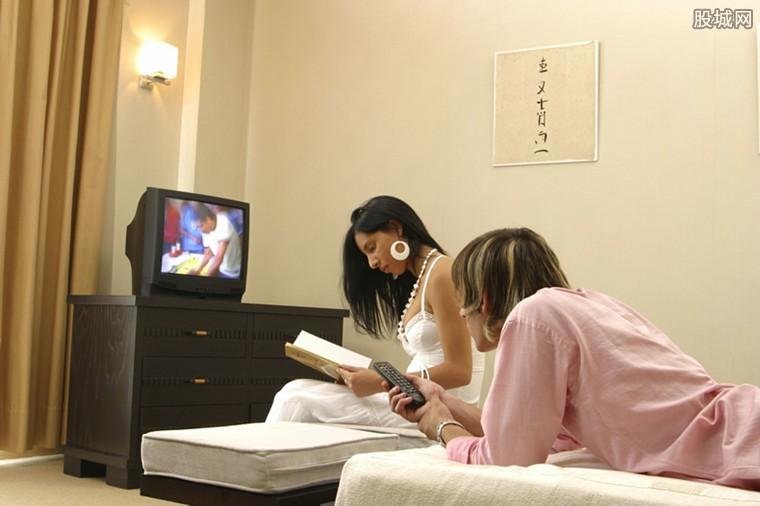 情侣发现客房摄像头