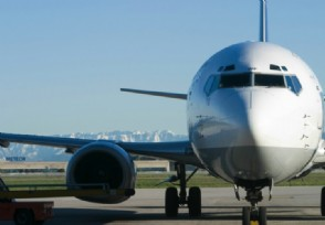 乘客下机被锁机场 通道门未及时打开导致乘客滞留