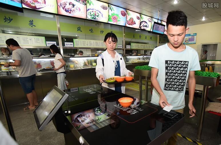 小学食堂用脚刷餐具 学校相关负责人已被停职处理