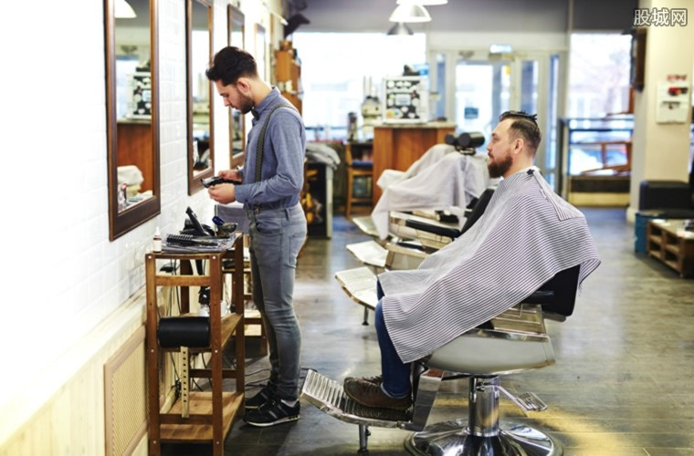男子理发直接变烫发