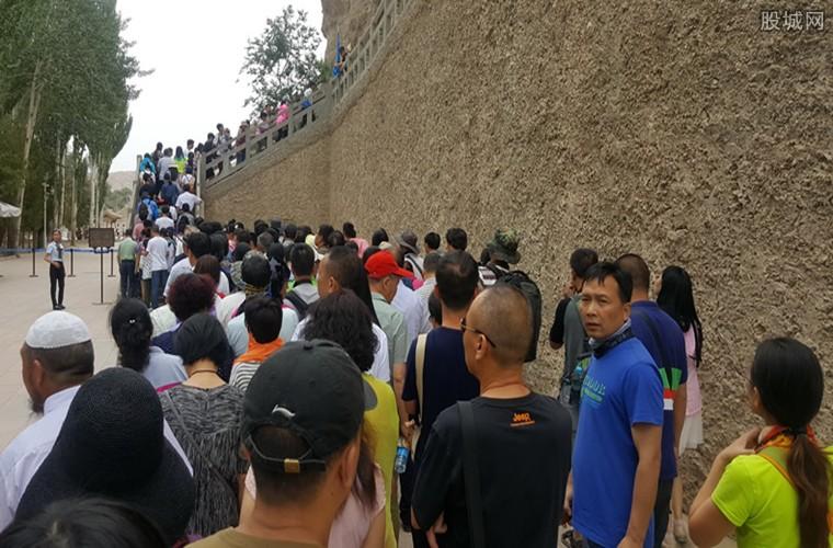 游客排长队人流爆满