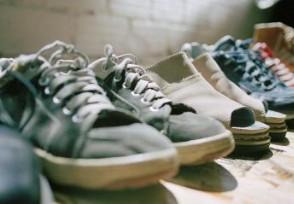 警方扣押大量假鞋全是国际知名品牌鞋子
