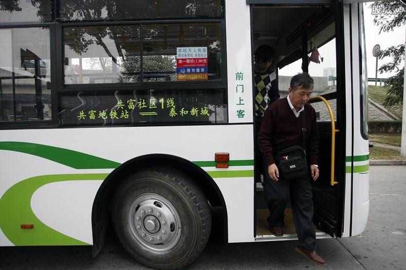 上海乘公交新规 乘客不配合戴口罩司机可不开车!