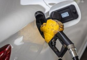 国内成品油价下调 加满一箱油省多少钱?