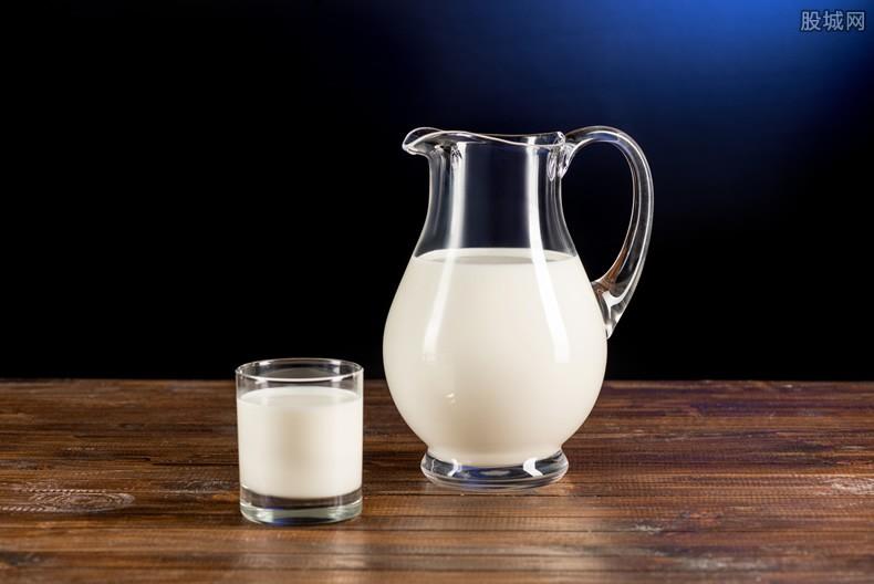 女子超市买到牛奶透明如水 超市表示是质量问题